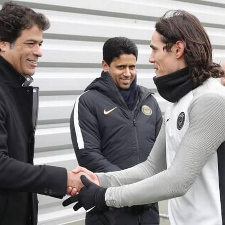 Raí cumprimenta o uruguaio Cavani após o treino na capital francesa Foto: Divulgação/PSG