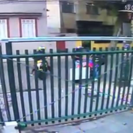 Câmera de segurança flagra momento em que bandidos abordam vítima na calçada ao lado do 2º BPM Foto: Reprodução