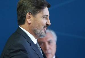 Durante cerimônia de posse de seu cargo de diretor-geral da PF, Fernando Segovia aparece ao lado do presidente Michel Temer Foto: Ailton de Freitas / Agência O Globo