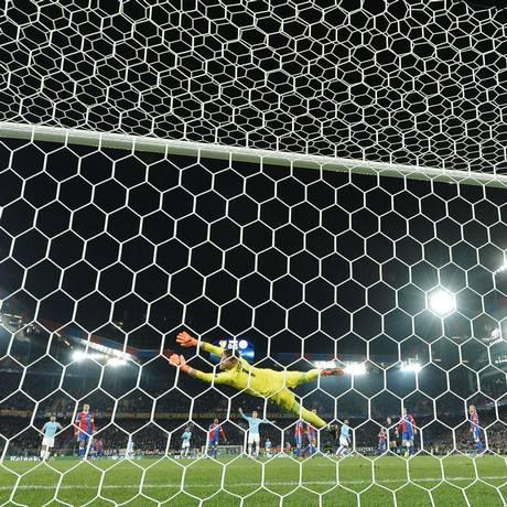 O goleiro do Basel, Tomas Vaclik, voa, mas não alcança a bola chutada pelo alemão Gundogan, do Manchester City Foto: PATRICK HERTZOG / AFP