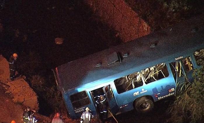Ônibus cai em barraco e deixa cinco mortos