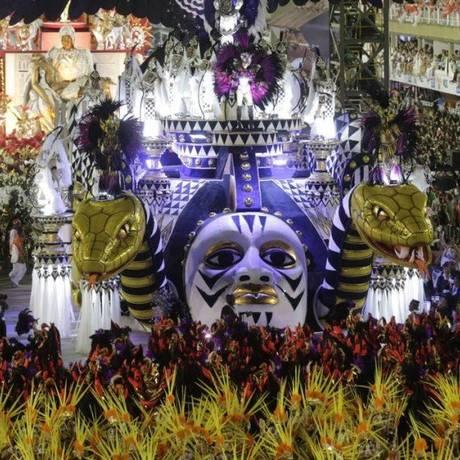 Desfile do Salgueiro na Marquês de Sapucaí, na segunda noite do carnaval do Rio Foto: Alexandre Cassiano / Agência O Globo