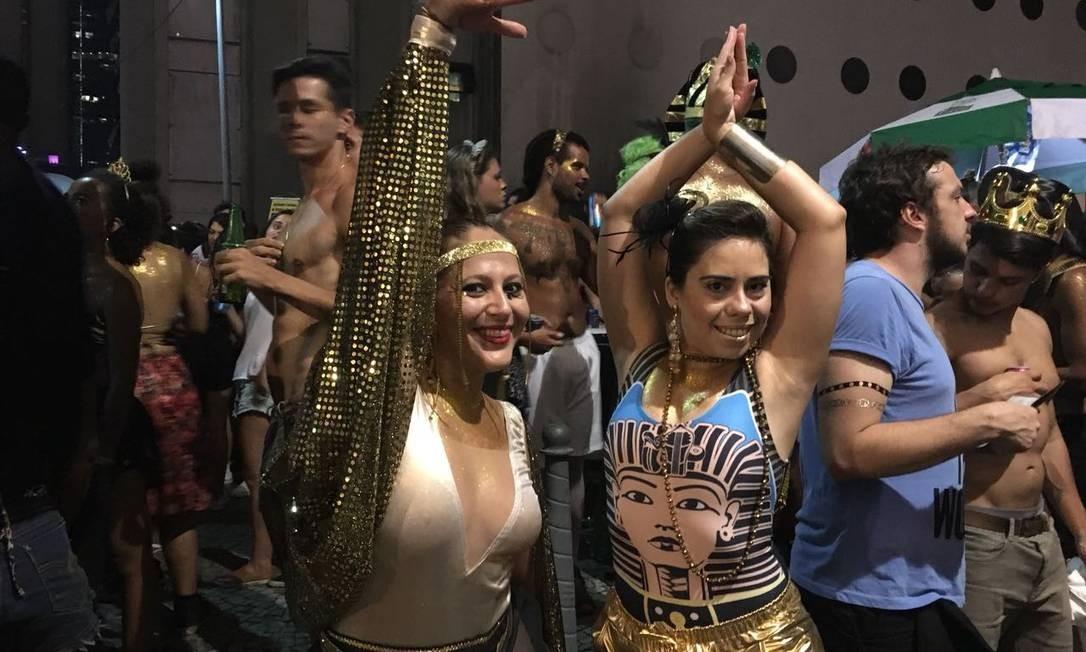 Foliões se inspiraram no nome do bloco para compor os figurinos Bárbara Nóbrega