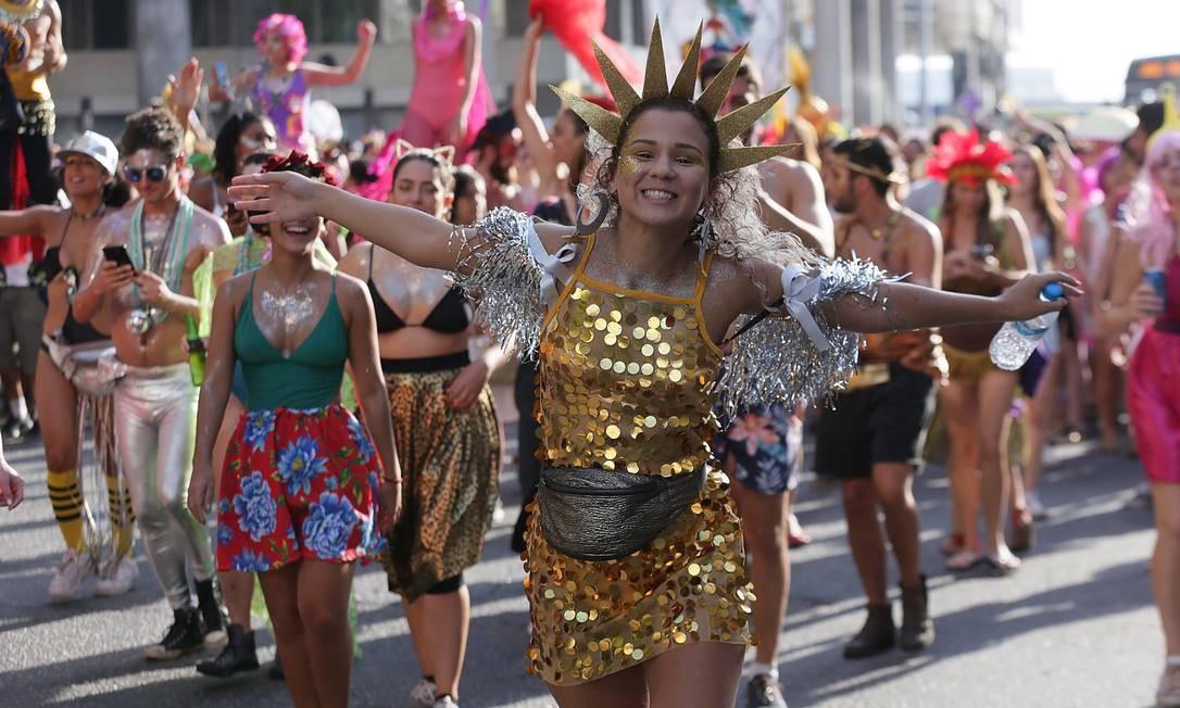 Muito brilho e purpurina: pochetes foram tendência entre as folionas do Rio Foto: Cléber Júnior / Agência O Globo