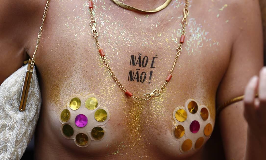 """De peito aberto e na tatuagem: mensagem grudada no corpo lembra que """"Não é não!"""" Foto: PABLO JACOB / Agência O Globo"""