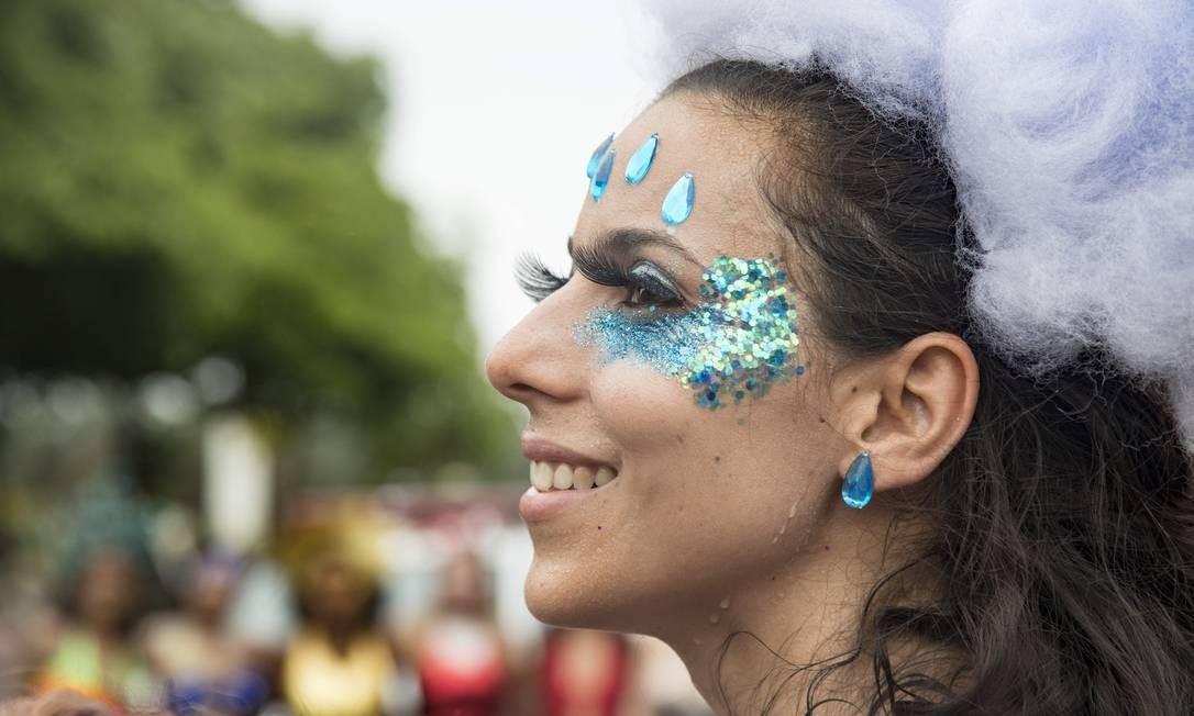 Os cílios postiços vêm em formatos maiores e com cores chamativas Foto: Ana Branco / Agência O Globo