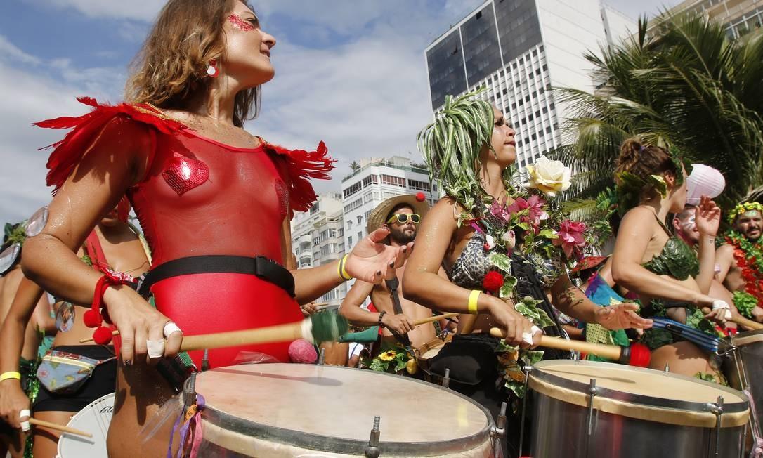 Maiôs transparentes estão com tudo, investindo forte no efeito translúcido Foto: Reginaldo Pimenta / Agência O Globo