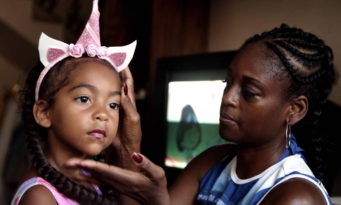 """A passista e sua filha """"Caramelo"""" em casa, antes de sair para o desfile da Portela Roberto Moreyra / Agência O Globo"""