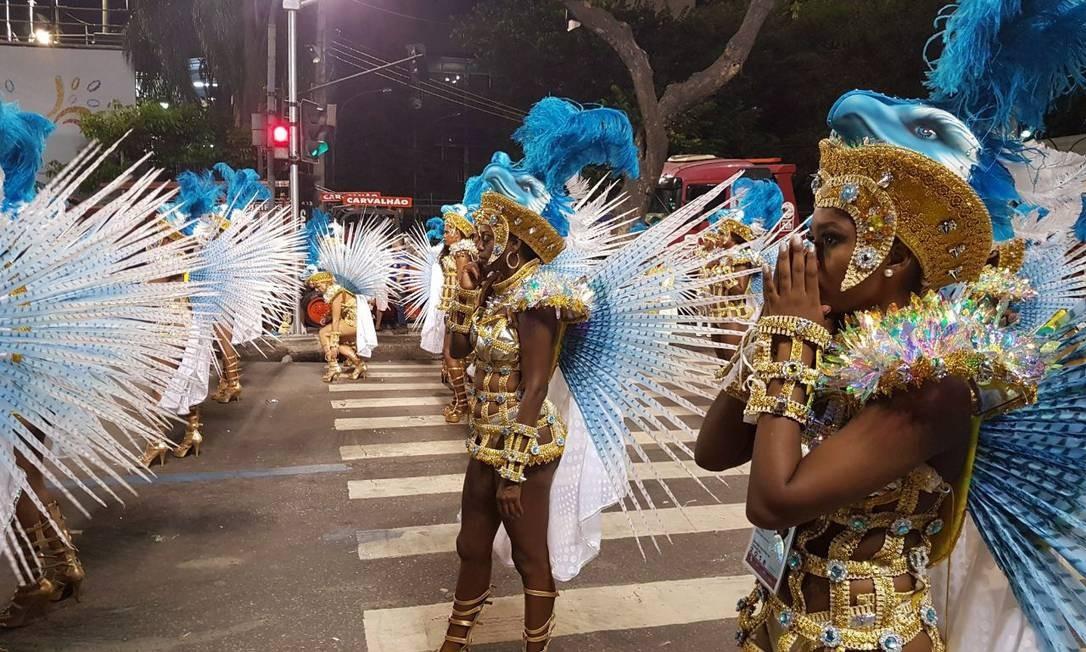 Momento de concentração das passistas antes de entrar na Sapucaí para o desfile Caio Barretto Briso / Agência O Globo