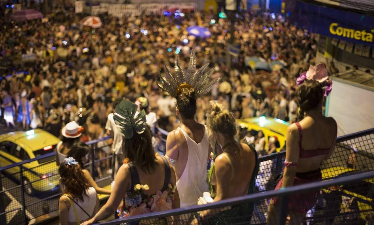 O Tecnobloco juntou uma multidão e interditou ruas da Zona Norte e Centro do Rio Foto: Alexandre Cassiano / Agência O Globo