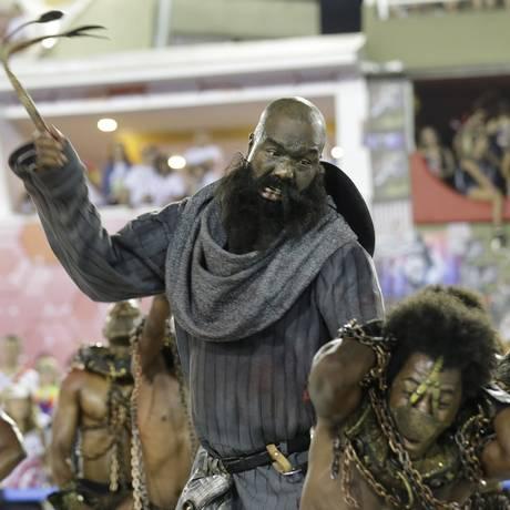 Paraíso do Tuiuti trouxe as várias formas de escravidão como o enredo deste ano Foto: Marcelo Theobald / Agência O Globo