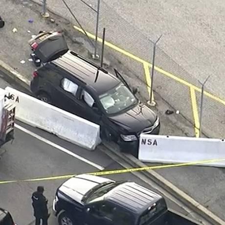 Carro com marcas de tiros na porta da NSA Foto: AP