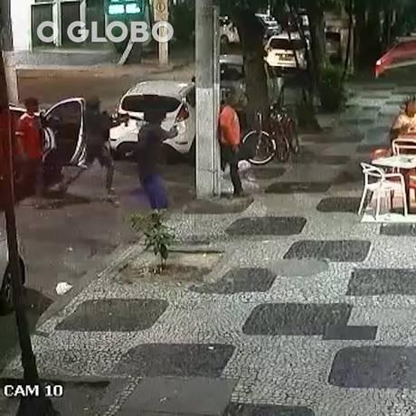 Bandido usa fuzil em assalto a lanchonete em Icaraí Foto: Reprodução