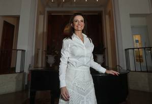 Dama de branco. Andréa Natal trabalha no Copacabana Palace há 22 anos Foto: Marcio Alves / Agência O Globo