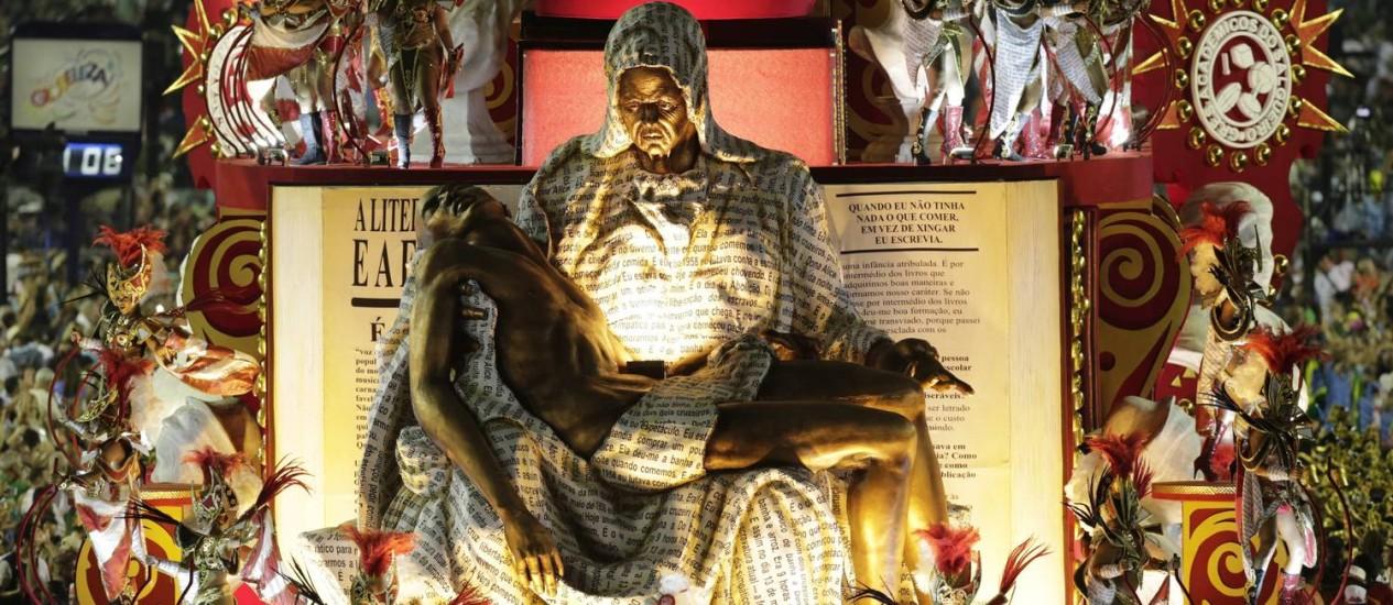 Carro representando uma Pietá negra com o filho morto, com o texto de 'Quarto de despejo' Foto: Alexandre Cassiano / Agência O Globo