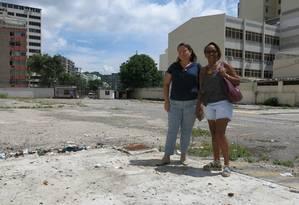 Terreno vazio. Regina Chiaradia (à direita) e Alexandra: associação de moradores lutou pela volta da rua Foto: Thalita pessoa