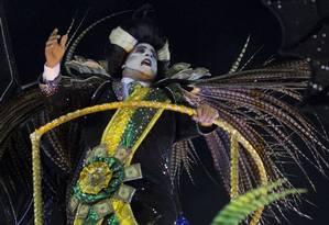 Professor de história desfila de vampiro com faixa presidencial na Paraíso do Tuiuti, vice-campeã do carnaval Foto: MAURO PIMENTEL / AFP