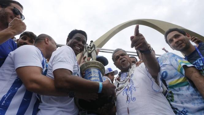 Neguinho da Beija-Flor e Laíla comemoram a vitória no Grupo Especial do carnaval Foto: Domingos Peixoto / O Globo