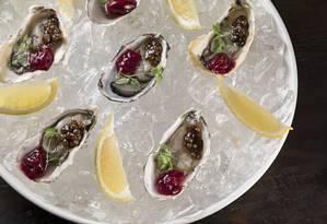 Quadrucci. As ostras frescas ganham caviar de balsâmico e granité de framboesa (R$ 43, quatro unidades). Rua Dias Ferreira 233, Leblon. Telefone: 2512-4551. Foto: Rodrigo Azevedo