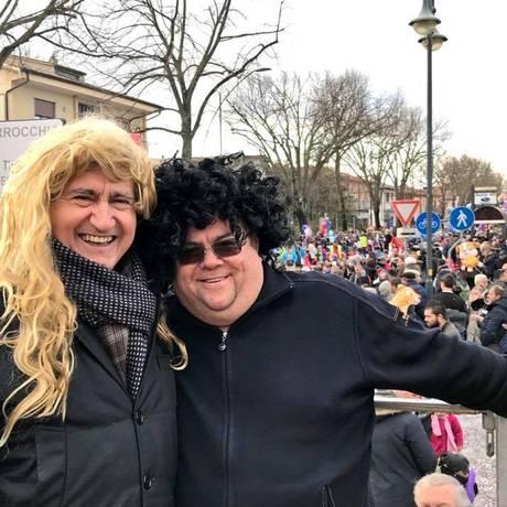 De peruca loura, prefeito de Veneza curte o carnaval da cidade Foto: Facebook