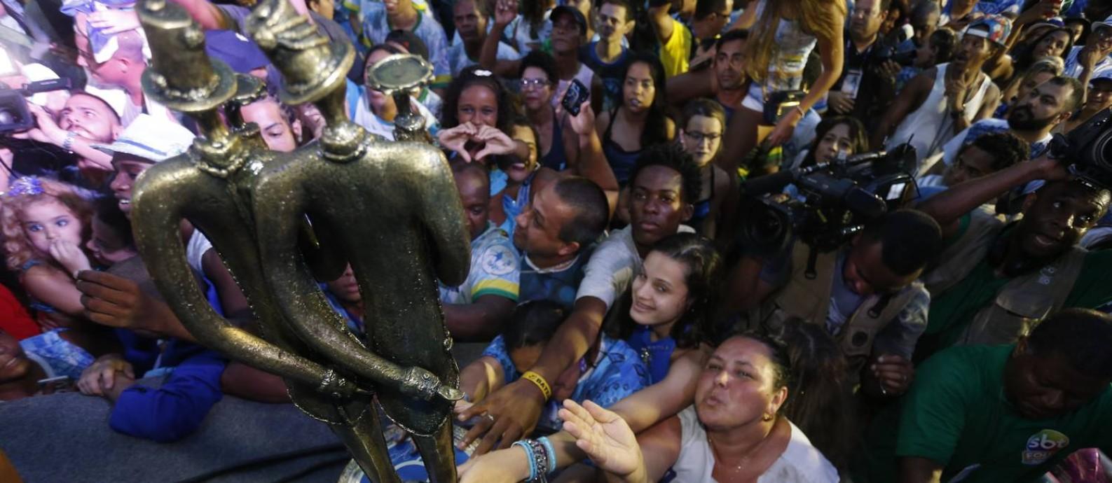 Troféu do título da Beija-Flor Foto: Domingos Peixoto / Domingos Peixoto