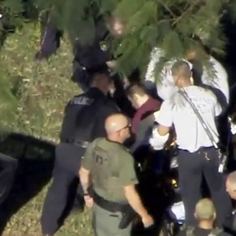 Homem é algemado perto da escola Marjory Stoneman Douglas, na Flórida Foto: HANDOUT / REUTERS