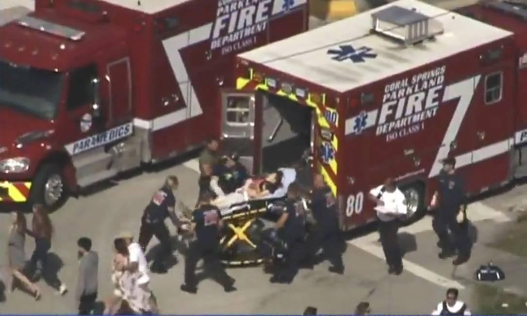 Equipes de emergência retiram feridos no ataque à escola Marjory Stoneman Douglas Foto: . / REUTERS