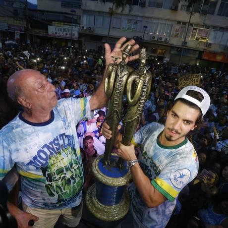 Anísio ao lado do filho, Gabriel, na comemoração do título do carnaval deste ano Foto: Domingos Peixoto
