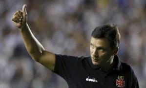 O técnico Zé Ricardo, do Vasco, acena para a torcida na partida contra o Jorge Wilstermann Foto: Marcelo Theobald / Agência O Globo