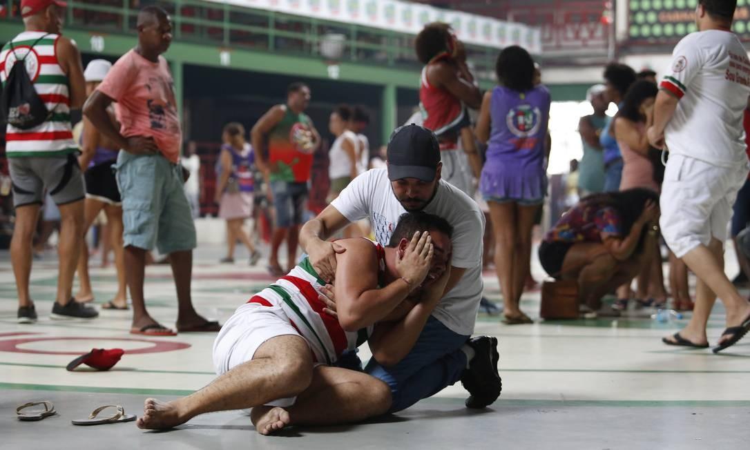 Integrantes e torcedores da Grande Rio sofrem com a queda da escola para o grupo de acesso Foto: Fábio Guimarães / Agência O Globo