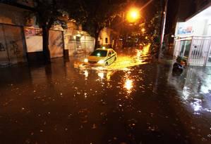 Chuva forte alaga ruas do Rio Foto: Paulo Nicolella / Agência O Globo