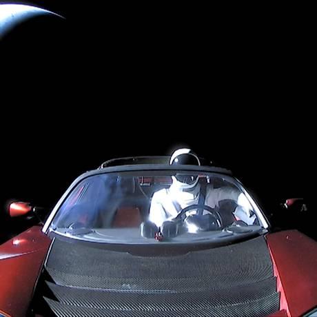 Roadster da Tesla com o 'Starman' ao volante está orbitando o Sol, entre a Terra e Marte Foto: HANDOUT / REUTERS