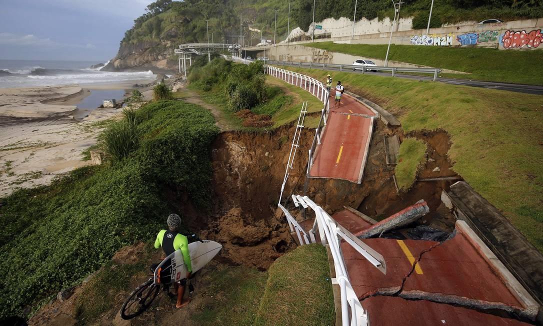 Surfista observa trecho da ciclovia Tim Maia que desabou Foto: Marcos de Paula / Agência O Globo
