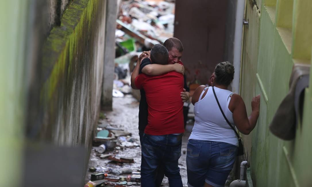 Familiares e amigos das vítimas se consolam no local do desabamento em Quintino Foto: Fabiano Rocha / Fabiano Rocha