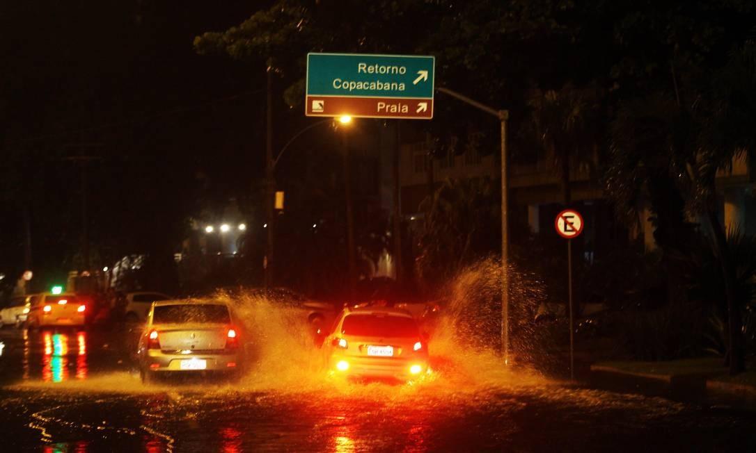 Pista da Avenida Epitácio Pessoa alagada durante o temporal da madrugada desta quinta-feira Foto: Paulo Nicolella / Agência O Globo