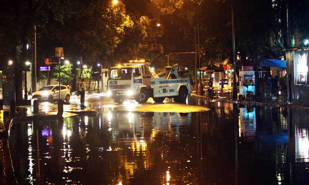 A Rua do Catete fica fechada após ficar totalmente alagada Foto: Paulo Nicolella / Agência O Globo