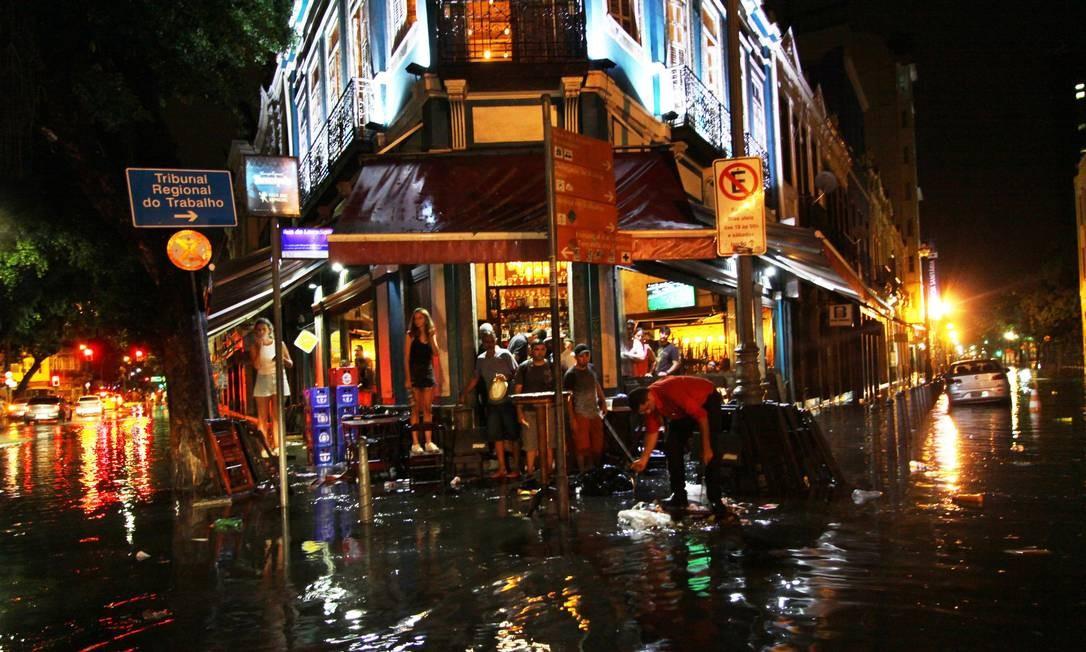 Clientes e funcionários de bar na Lapa ficam ilhados durante as fortes chuvas Foto: Paulo Nicolella / Agência O Globo