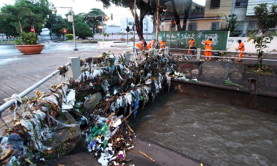 Após as águas baixarem, lixo fica retido no guarda-corpo do Rio Maracanã Foto: Paulo Nicolella / Agência O Globo