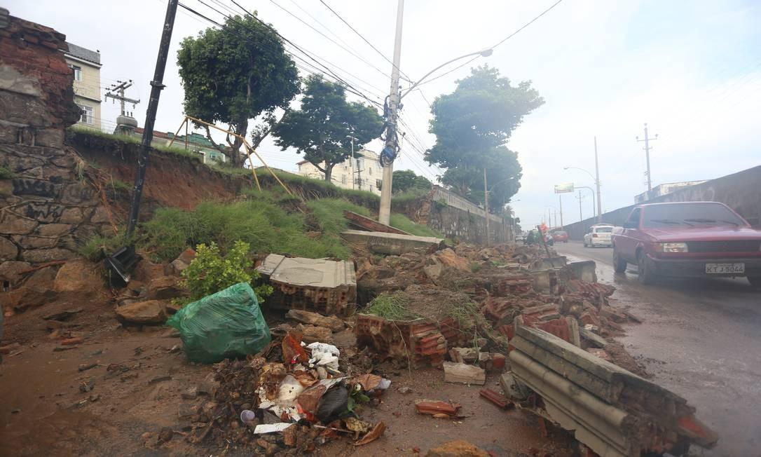 Um muro de contenção e o solo de uma praça desabam sobre calçada no Méier Foto: Fabiano Rocha / Agência O Globo