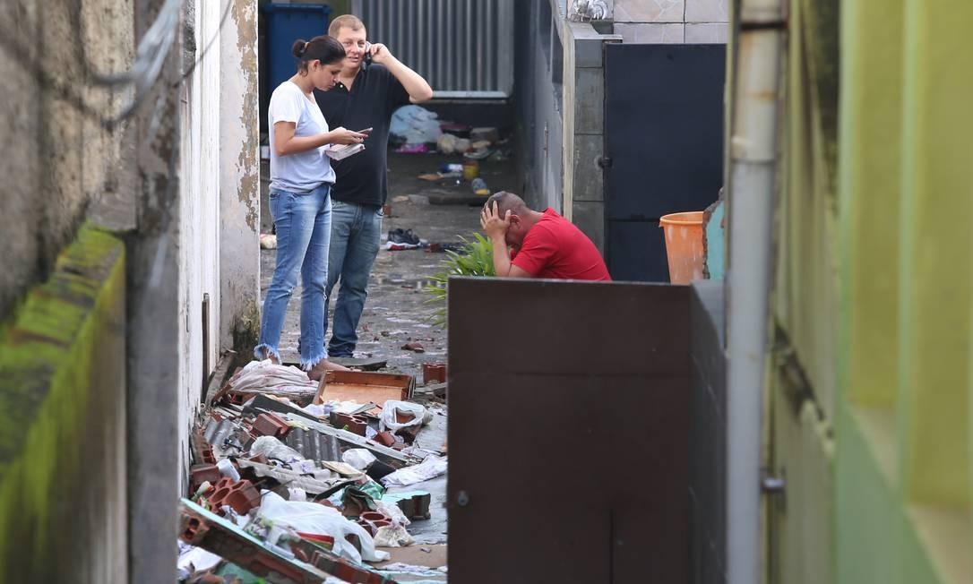 Familiares e amigos de mortos em desabamento de muro em Quintino no local da tragédia Foto: Fabiano Rocha / Agência O Globo