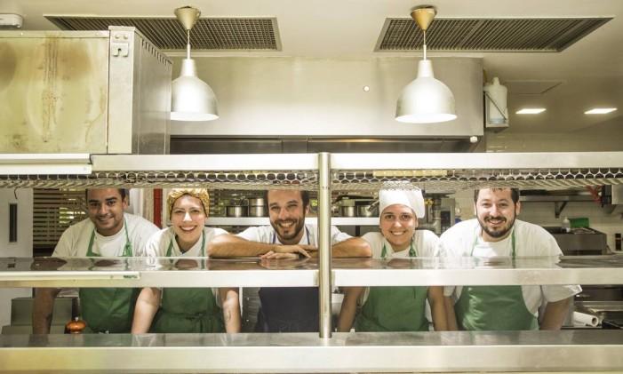 Com a cozinha aberta, como no Luce, a equipe controla melhor o tempo de saída dos pratos para o salão Foto: Bárbara Lopes / Agência O Globo