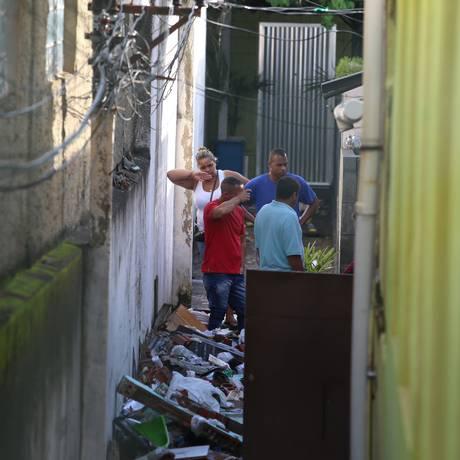Em Quintino, na Zona Norte do Rio, o temporal provocou o desabamento do muro de uma casa e deixou dois mortos Foto: Fabiano Rocha / Fabiano Rocha