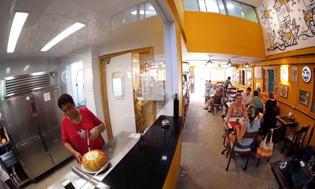 Aconchego Carioca. Bolinho de feijoada (R$ 29,90, 4 unidades) e bobó de camarão (R$ 114,90). Foto: Roberto Moreyra / Agência O Globo