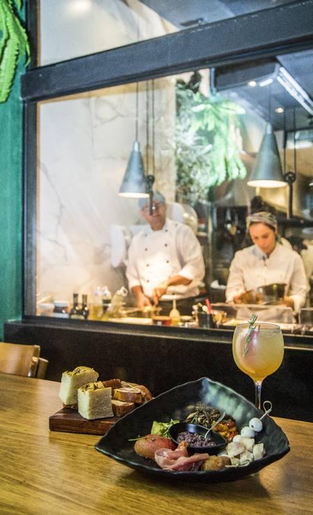 Stuzzi. Hambúrguer de polpetone no pão de salame (R$ 38) e lasanha da nonna (R$ 37). Foto: Bárbara Lopes / Agência O Globo