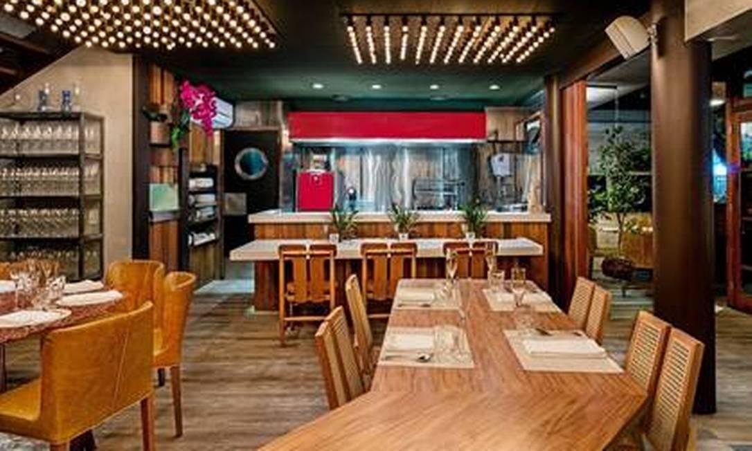 Oro. No restaurante de Felipe Bronze a brase tem destaque na cozinha com vista para o salão. Foto: Divulgação
