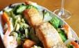 O Rampinha (2273-8992) tem filé de salmão (R$ 68, para uma pessoa, R$ 126 para duas) com camarão, brócolis, cenoura, chuchu, palmito e champignon Foto: Divulgação/Vitoria Moraes