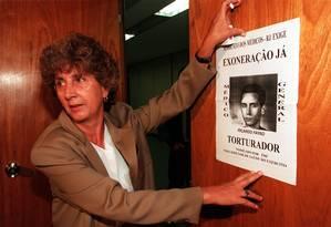 Flora Abreu, do grupo Tortura Nunca Mais, protesta em 1998 contra nomeação de Fayad, na Câmara dos Deputados Foto: Gustavo Miranda / Agência O Globo