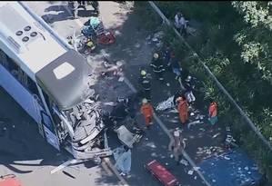 Bombeiros fizeram o resgate das vítimas no local Foto: Reprodução/ TV Globo