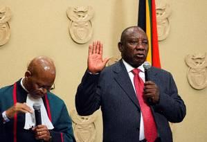 Promessas. Com mão erguida, Cyril Ramaphosa presta juramento ao assumir como presidente, no Parlamento: ex-vice rompeu publicamente com Zuma Foto: RODGER BOSCH / RODGER BOSCH/AFP