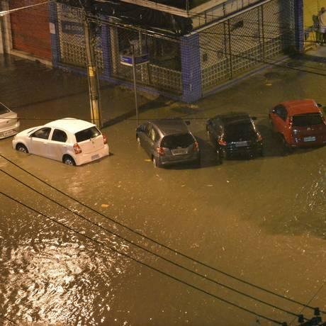 Com a chuva desta quinta-feira, o Rio Joana transbordou e inundou ruas Foto: Fotoarena / Agência O Globo